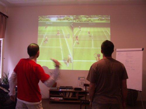 Ja i Cleriic gramy w tenisa wykorzystując Nintendo Wii