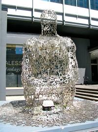 Rzeźba zbudowana z liter przed jednym z budynków