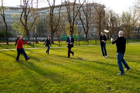 Gramy w Frisbee Ultimate, na zdjęciu od lewej: Marek, Krzysztof, Sara, Staś, Stef i Łukasz (gościnnie)