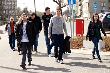 Idziemy do restauracji Dziki Ryż. Na zdjęciu od lewej: Krzysztof, Asia, Bartek, Marek, Stef, Gandalf i Sara