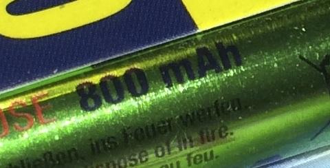 Powiększony fragment z widocznym napisem na akumulatorze: 800 mAh